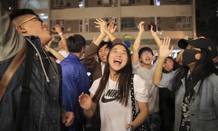 Người Hong Kong ăn mừng khi kết quả bầu cử được công bố đêm 24/11. Ảnh: AP.