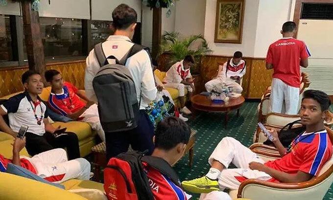 Tuyển Campuchia vật vờ chờ ở sảnh và các phòng chức năng. Ảnh: ASEAN Football News