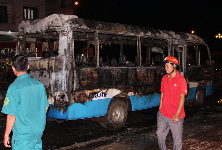Chiếc xe bị cháy rụi. Ảnh: Hoàng Trường