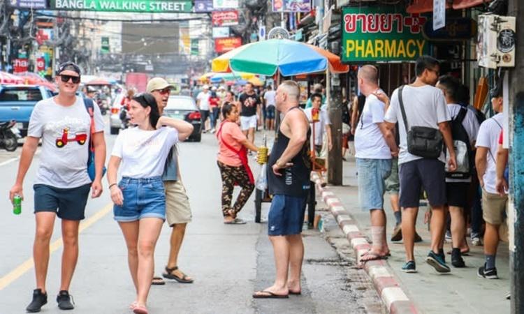 Khách nước ngoài trên đường phố Phuket, Thái Lan. Ảnh: Nikkei Asian Review.
