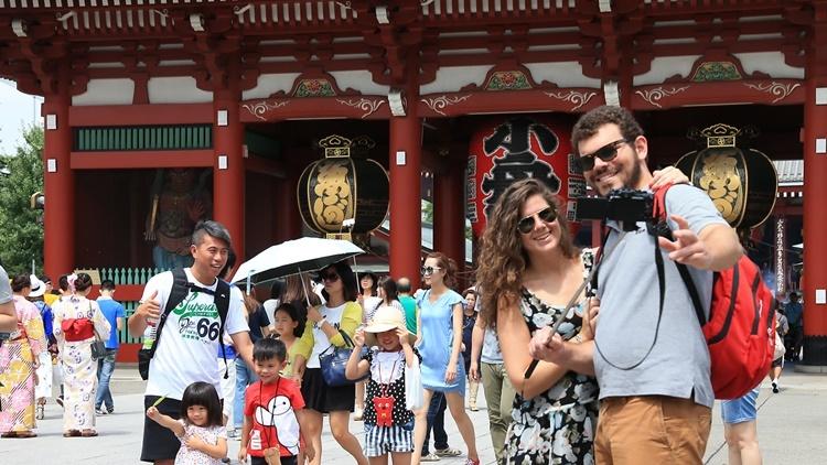 Khách du lịch tham quan đền Sensoji ở thủ đô Tokyo, Nhật Bản. Ảnh: Nikkei Asian Review.