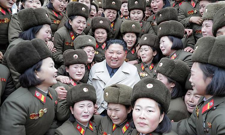 Lãnh đạo Triều Tiên Kim Jong-un chụp ảnh cùng các nữ quân nhân đơn vị 5409 trong bức ảnh được công bố hôm nay. Ảnh: KCNA.