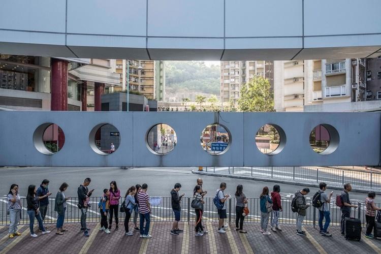 Người dân Hong Kong xếp hàng đi bỏ phiếu ngày 24/11. Ảnh: NYTimes.