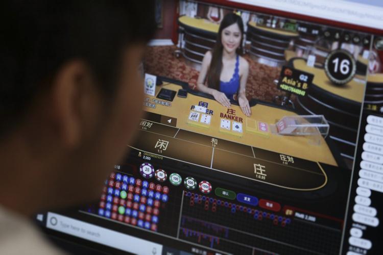 Một người truy cập vào sòng bài trực tuyến Trung Quốc có trụ sở ở Philippines. Ảnh: SCMP.