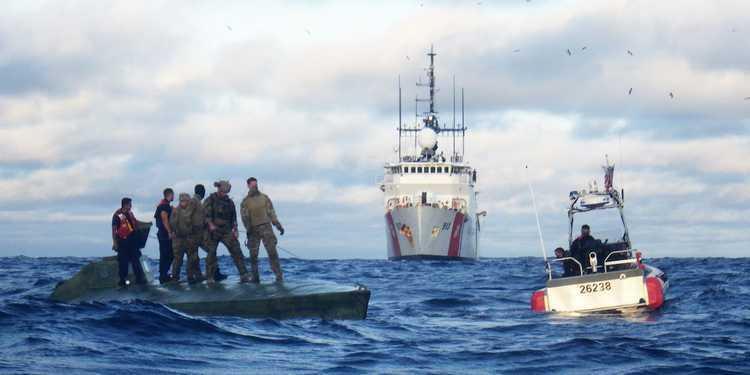 Lực lượng Tuần duyên Mỹ bắt tàu ngầm trên Thái Bình Dương tháng 7/2018. Ảnh: USCG.