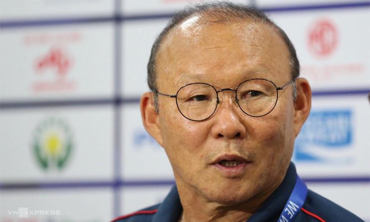 HLV Park Hang-seo không muốn các học trò quá bay bổng với thắng lợi đậm ngày ra quân. Ảnh: Đức Đồng.