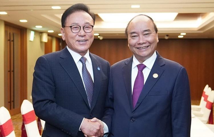 Thủ tướng Nguyễn Xuân Phúc (phải) và Tổng Lãnh sự Danh dự Việt Nam tại khu vực Busan-Keangnam Park Soo Kwan. Ảnh: TTXVN.