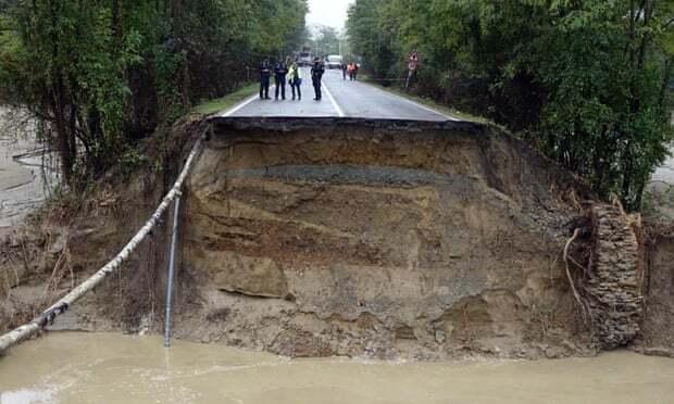 Đường sá bị sạt lở ở Piedmont, tây bắc Italy. Ảnh: EPA.