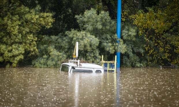 Ôtô bị chìm trong nước lũ cuối tuầntrước ở thành phố Cannes, Pháp. Ảnh: Sipa/Rex/Shutterstock.