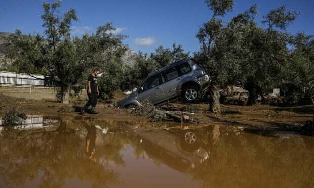 Ôtô bị lũ cuốn đi sau bão ở Kineta, Hy Lạp. Ảnh: AP.