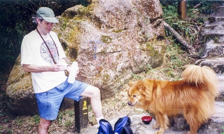 Jonathan Midgley và chó cưng Ruth vào những năm 1990. Ảnh: SCMP.