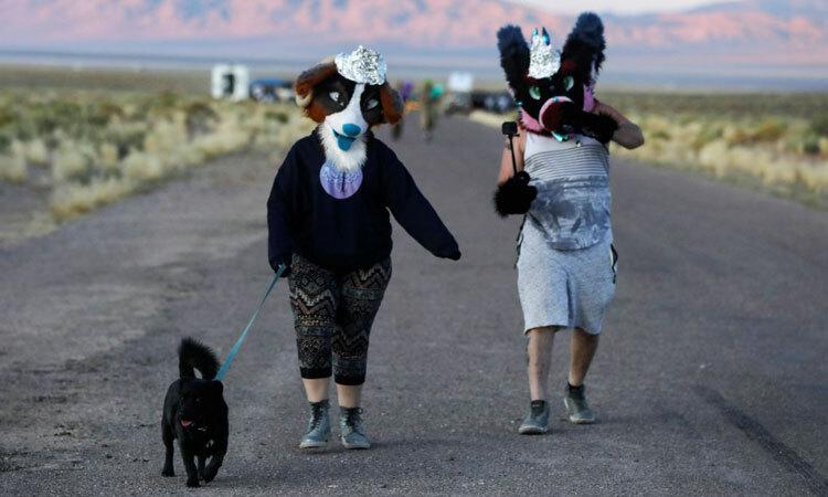 Người Mỹ dắt chó đi dạo bên ngoài Khu vực 51 hồi tháng 9. Ảnh: Reuters.