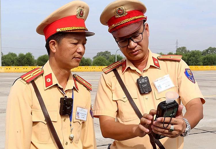 Cán bộ Cục CSGT trong một lần sử dụng máy đo nồng độ cồn trên cao tốc Hà Nội-Hải Phòng. Ảnh. Bá Đô