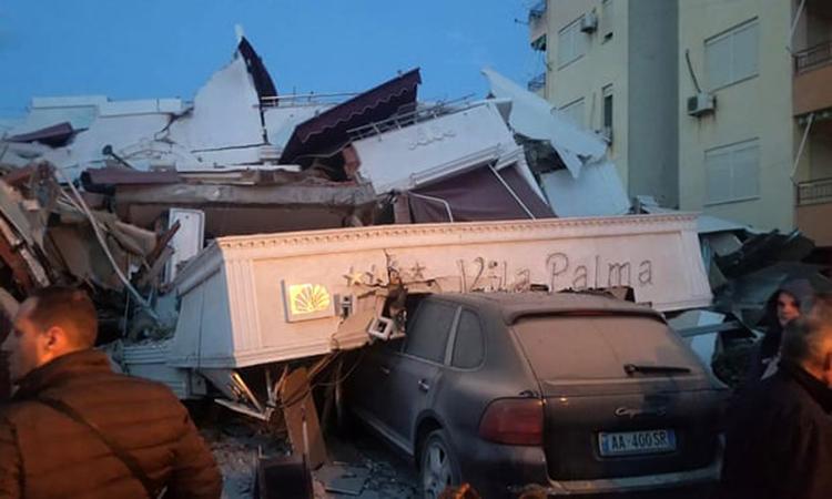 Khách sạn ba tầng ở thành phố Durres của Albaniabị sập trong trận động đất sáng nay. Ảnh: AP.
