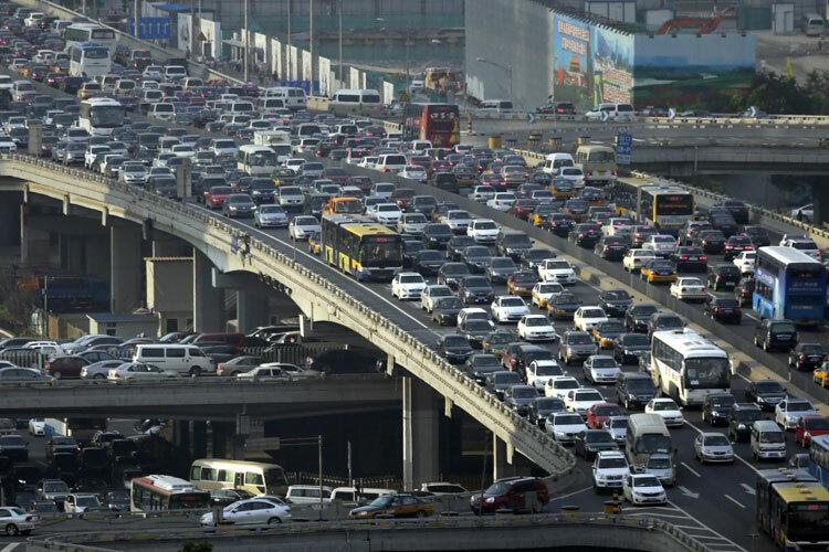Xe hơi xếp hàng trên cầu Guomao ở Bắc Kinh trong giờ cao điểm. Ảnh: Reuters.