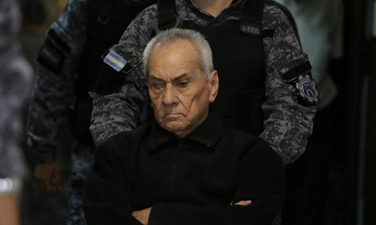 Nicola Corradi được các sĩ quan hộ tống đến phòng xử án tại Mendoza, Argentina ngày 25/11. Ảnh: Reuters.