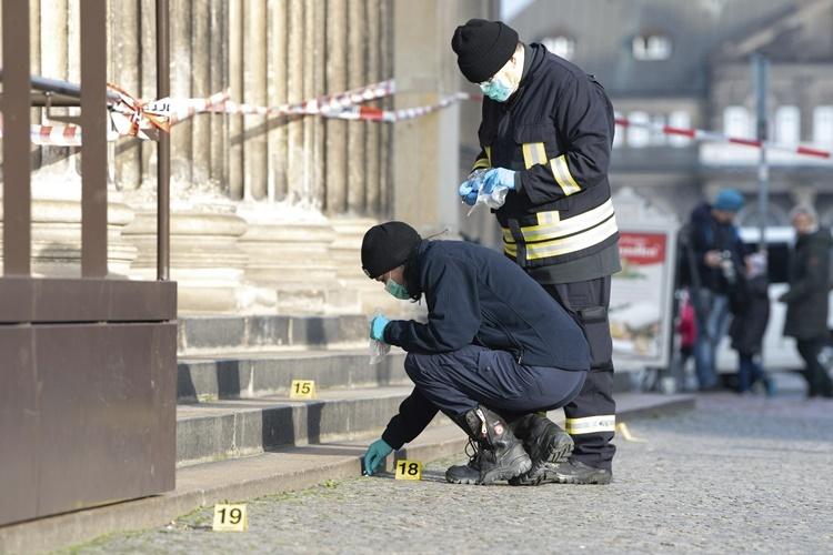 Các nhà điều tra thu thập chứng cứ tại hiện trường. Ảnh: AP.