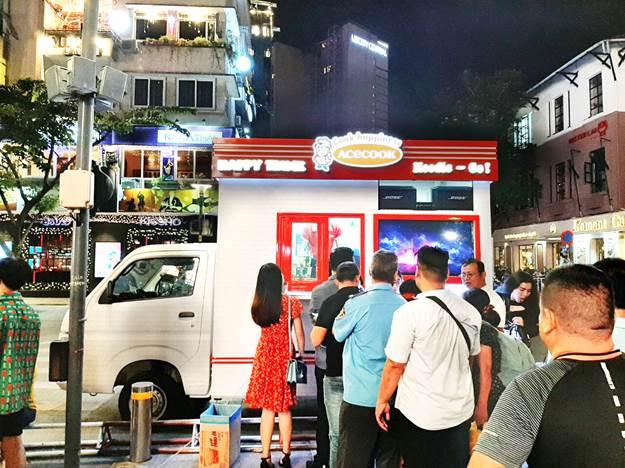 Gian hàng Super Carry Pro thu hút khách hàng trên phố đi bộ.