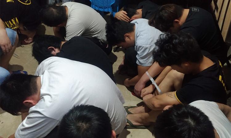 Các nghi phạm bị cảnh sát bắt hôm 25/11. Ảnh: Jakarta Globe.