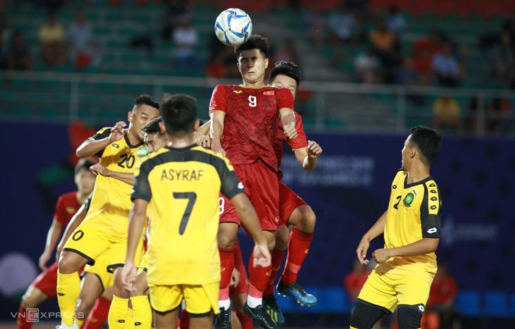 Hà Đức Chinh (số 9) có trận đấu xuất sắc, ghi 4 bàn vào lưới Brunei. Ảnh: Lâm Thoả
