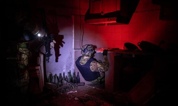 Các đặc nhiệm Cacciatori đột phá đường hầm bí mật trong bếp tại nơi ẩn náu của một thành viên băng đảng ở Calabria hồi năm 2016. Ảnh: Guardian.