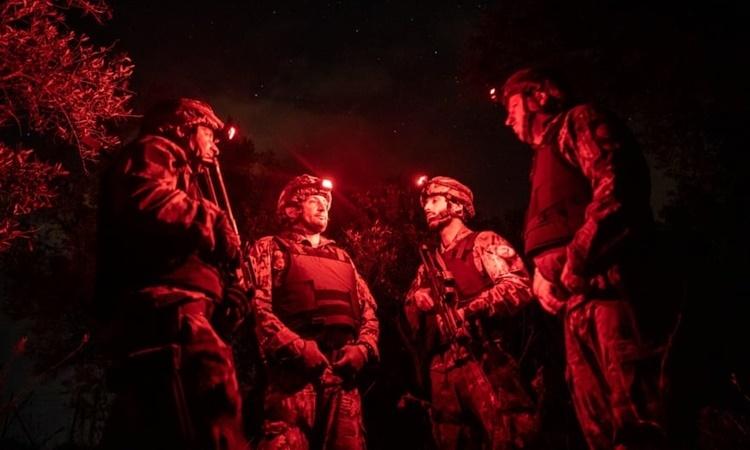 Các đặc nhiệm Cacciatori thực hiện một nhiệm vụ trong đêm ở Calabria hồi tháng 6/2016. Ảnh: Guardian.