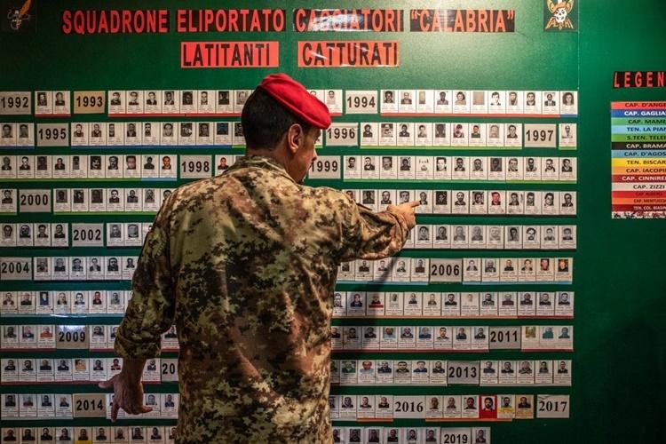 Danh sách những thành viên băng đảng mafia bị bắt từ năm 1992 tại trụ sở của Cacciatori ở thành phố Vibo Valentia,  vùng Calabria. Ảnh: Guardian.