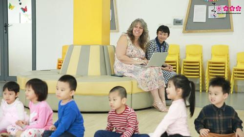 Chuyên gia Ingrid Hill quan sát các bạn nhỏ Sakura Montessori trong hoạt động chơi ngoài lớp học.