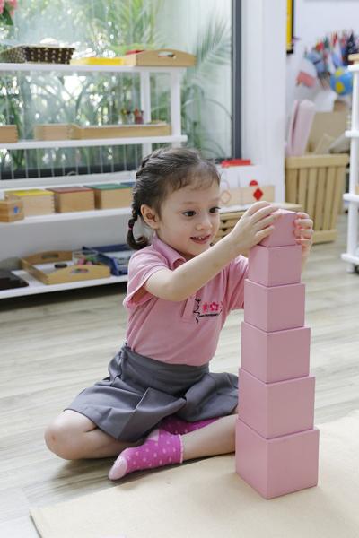 Học sinh Sakura Montessori tập trung cao độ cho các hoạt động cá nhân - Đây cũng là điểm đặc biệt khiến chuyên gia Montessori Ingrid Hill ấn tượng trong buổi quan sát.