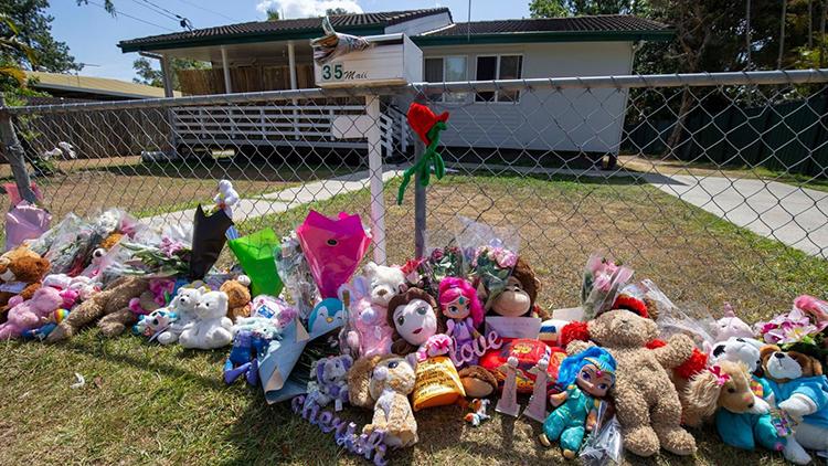 Hoa và gấu bông tưởng niệm hai đứa trẻ trước ngôi nhà ở thị trấn Logan, bang Queensland. Ảnh: Sky News