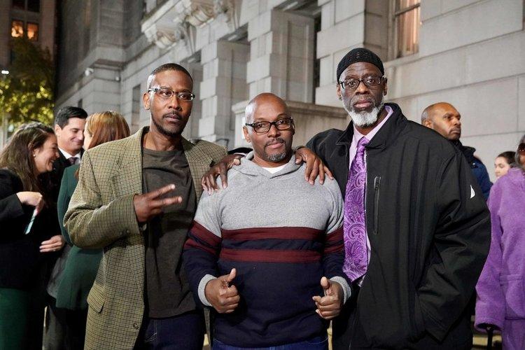 Từ trái qua: Alfred Chestnut, Andrew Stewart và Ransom Watkins chụp hình sau khi được thả tự do khỏi nhà tù baltimore, bang Maryland, Mỹ hôm 25/11. Ảnh: AFP.