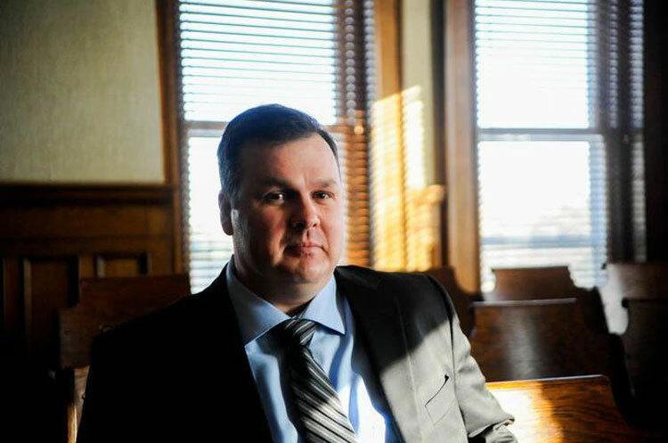 Robert tới phòng xử án sớm và ngồi một mình trước khi mọi người đến. Ảnh: Mary Lewandowski/MLive.com.