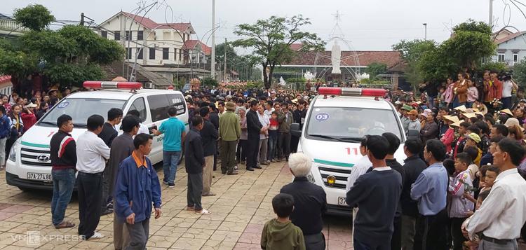 Xe chở thi hài nạn nhân về đến xóm 11, xã Diễn Thịnh, Diễn Châu. Ảnh: Nguyễn Hải