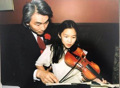 Michio Kaku thường ngồi lắng nghe con gái tập đàn violin hàng giờ. Ảnh: Michelle Kaku.