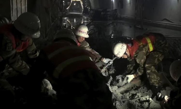 Nhân viên cứu hộ tìm kiếm người sống sót tại hiện trường sập hầm ở Vân Nam, Trung Quốc ngày 27/11. Ảnh: Xinhua.