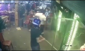Nhóm côn đồ dùng tuýp sắt đập phá quán ăn