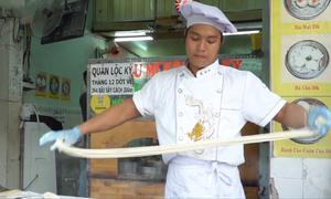 Chàng trai kéo mì như múa võ 'Kungfu'