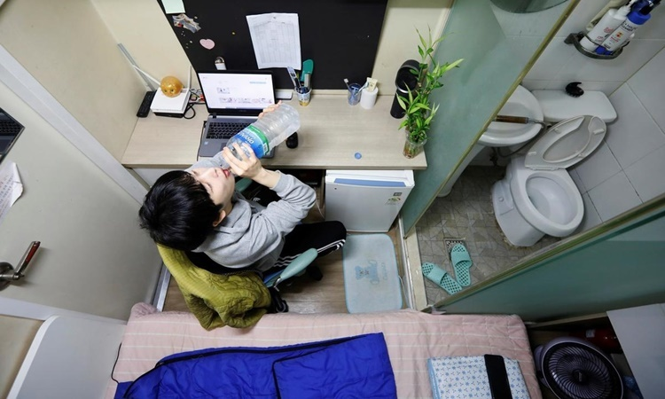Căn hộ chật hẹp của Kim Jae-un ở Suwon. Ảnh: Reuters.