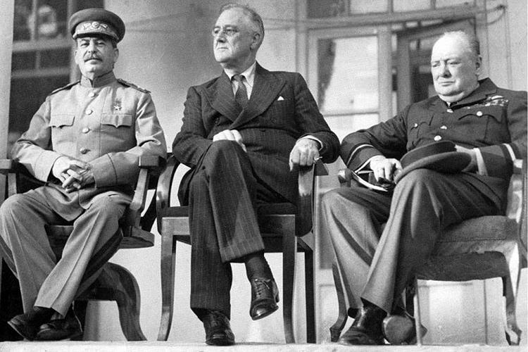 Lãnh đạo Liên Xô Stanlin (bên trái), Tổng thống Mỹ Roosevelt (ở giữa) và Thủ tướng Anh Churchill nhóm họp ở Tehran hồi cuối tháng 11/1943. Ảnh: warfarehistorynetwork.