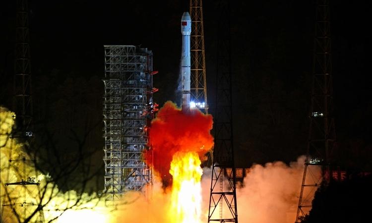 Tên lửa Trường Chinh 3B mang tàu thám hiểm mặt trăng Thường Nga 4 rời khỏi bệ phóng tại Trung tâm phóng vệ tinh ở tỉnh Tứ Xuyên, Trung Quốc ngày 8/12/2018. Ảnh: Reuters.