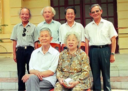 Tứ trụ sử học Việt Nam đương đại từ trái qua GS Trần Quốc Vượng, GS Đinh Xuân Lâm, GS Hà Văn Tấn và GS Phan Huy Lê với ông bà GS Trần Văn Giàu. Ảnh chụp năm 1996 do GS Lê cung cấp.