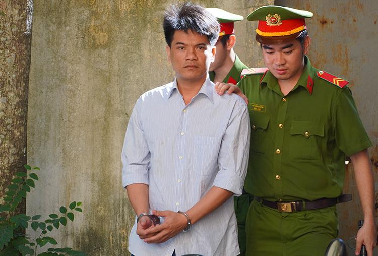 Phạm Thành Hiếu được dẫn giải vào tòa sáng nay. Ảnh: Hoàng Nam