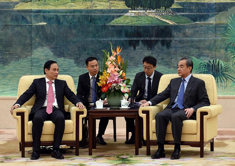 Thứ trưởng Ngoại giao Lê Hoài Trung (trái) gặpNgoại trưởng Trung Quốc Vương Nghị tại Bắc Kinh. Ảnh: Bộ Ngoại giao