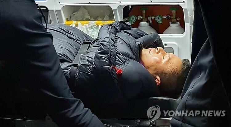 Hwang Kyo-ahn, Chủ tịch đảng Hàn Quốc Tự do, được đưa đến bệnh viện tối 27.11. Ảnh: Yonhap.