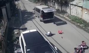 Ôtô đánh rơi ba học sinh xuống đường