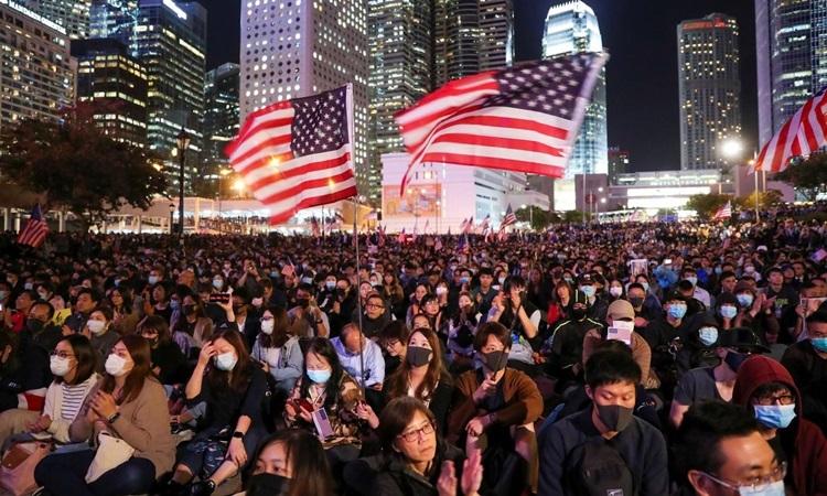 Người biểu tình Hong Kong mít tinh tại trung tâm thành phố hôm nay. Ảnh: Reuters.