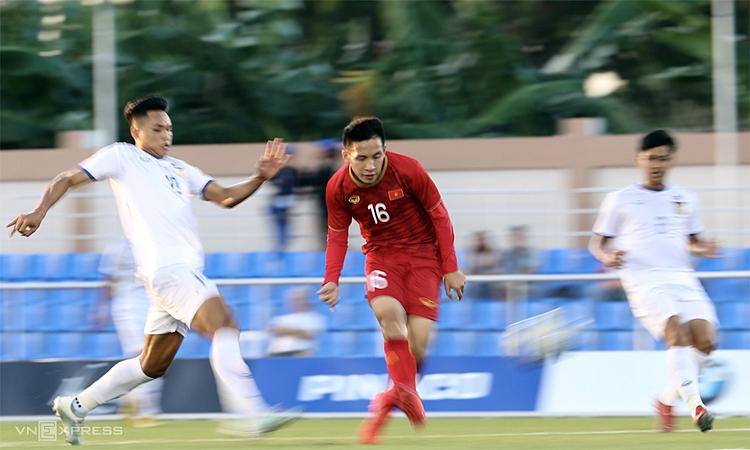 Hùng Dũng đặt lòng chính xác, nâng tỷ số trận đấu lên 3-0 đầu hiệp hai. Ảnh: Lâm Thỏa.