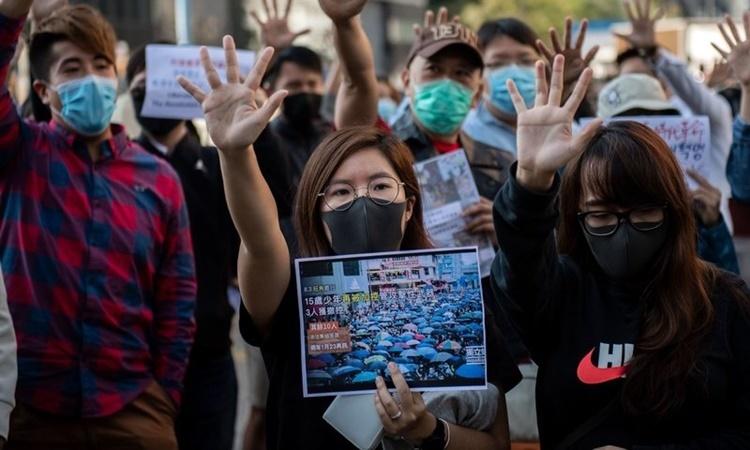 Người biểu tình ủng hộ dân chủ Hong Kong tập trung tại quận Cửu Long hôm 27/11. Ảnh: AFP.