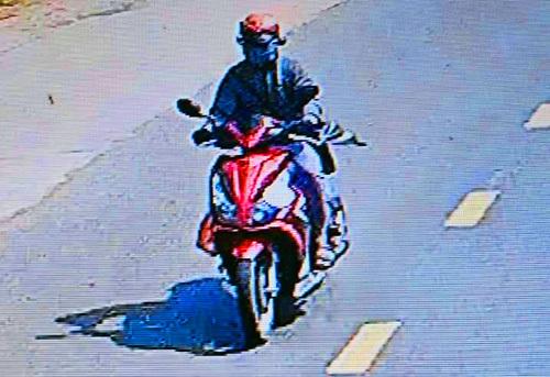 Huỳnh Lợi Phát, nghi phạm cướp tiệm vàng bị camera dọc đường ghi lại. Ảnh: Trích xuất camera