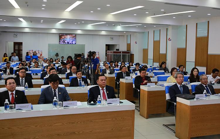 Giảng viên Đại học Kinh tế TP HCM và các doanh nhân trẻ Việt tham dự chương trình.